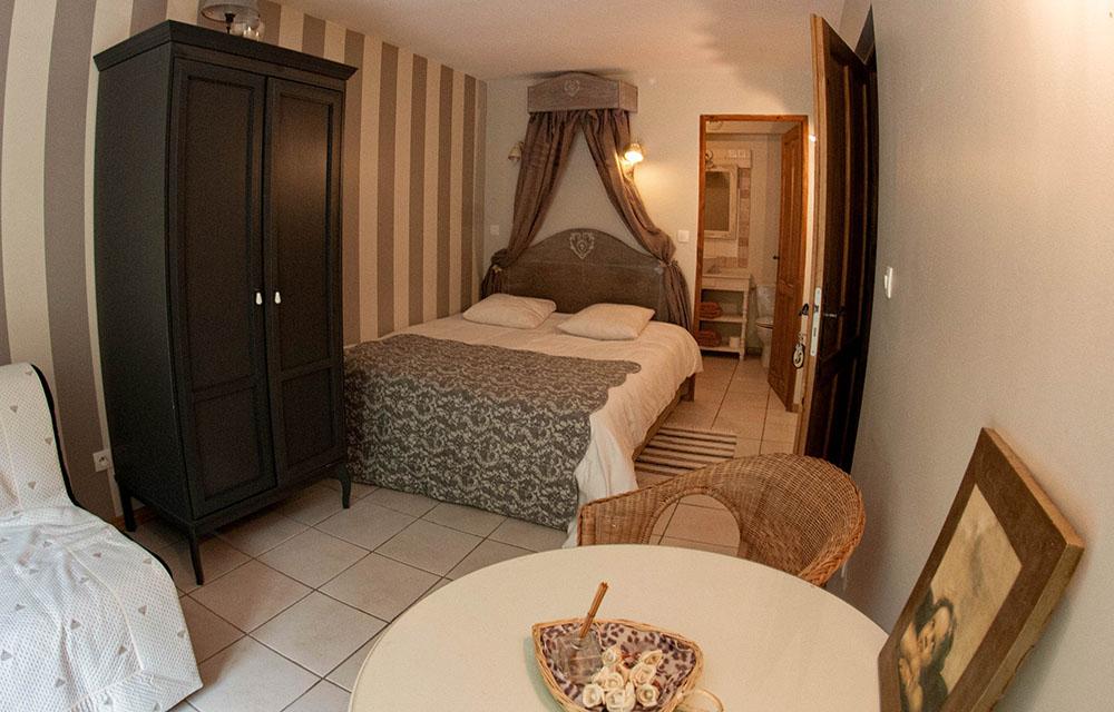 La Cle des Bois - Chambres d'hôtes à Bourg d Oisans - Chambre cristal - lit