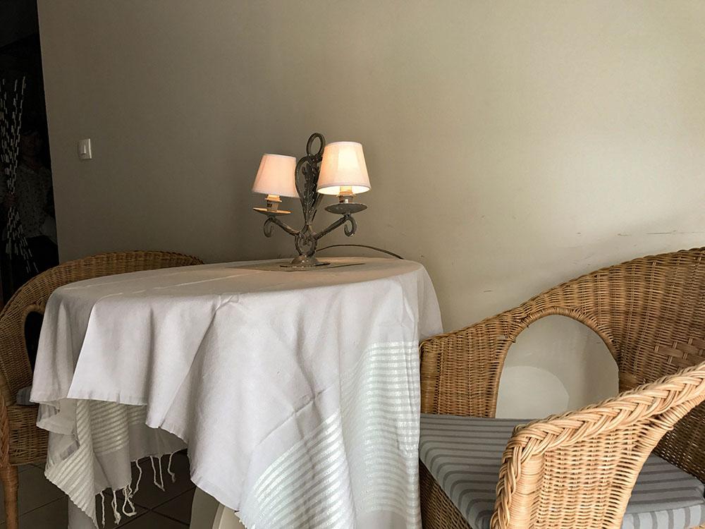 La Cle des Bois - Chambres d'hôtes à Bourg d Oisans - Chambre cristal - table