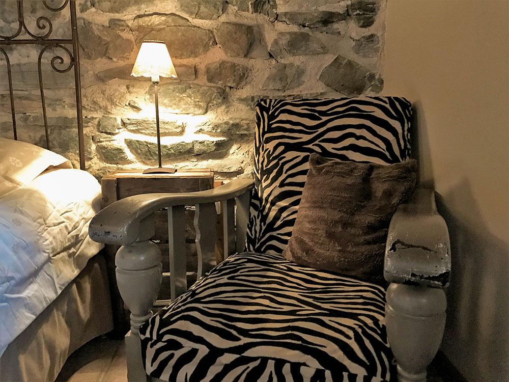 La Cle des Bois - Chambres d'hôtes à Bourg d Oisans - Chambre roche - fauteuil