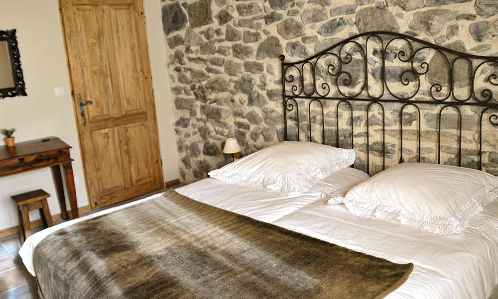 La Cle des Bois - Chambres d'hôtes à Bourg d Oisans - Chambre roche - lit