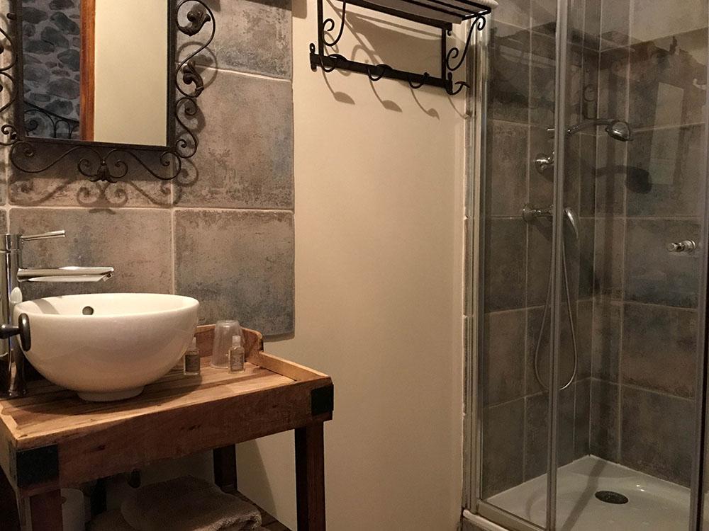 La Cle des Bois - Chambres d'hôtes à Bourg d Oisans - Chambre roche - salle de bain