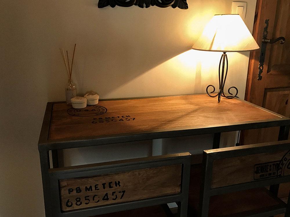 La Cle des Bois - Chambres d'hôtes à Bourg d Oisans - Chambre roche - table