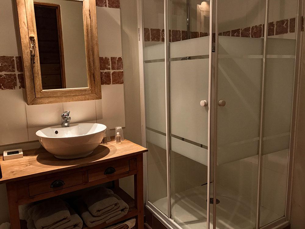 La Cle des Bois - Chambres d'hôtes à Bourg d Oisans - Chambre sapin - salle de bain