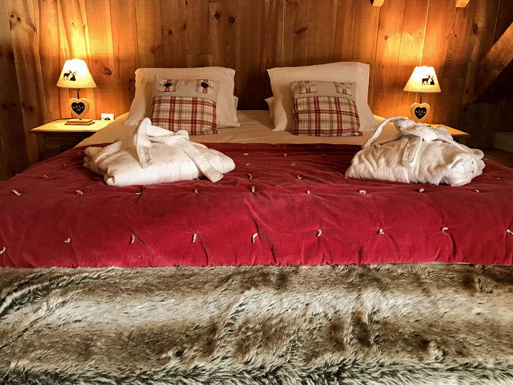 La Cle des Bois - Chambres d'hôtes à Bourg d Oisans - Suite épicéa - lit