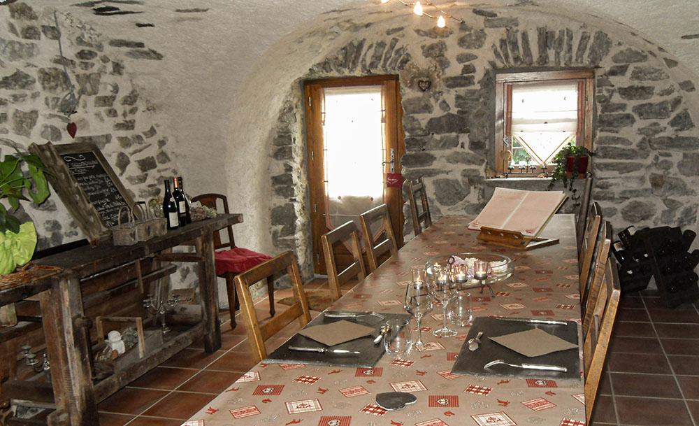 La Cle des Bois - Chambres d'hôtes à Bourg d Oisans - piece voutée dejeuner authentique